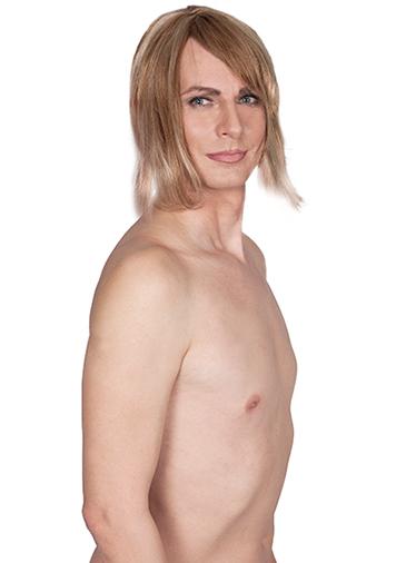 Modell Melly ohne BH mit blonder perücke